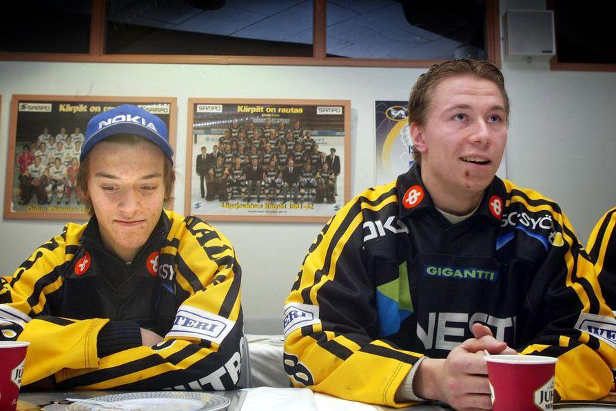 Siloposket. 17-vuotias Juhamatti Aaltonen (vas.) opetteli vuonna 2003 Kärppien edustusjoukkueen tavoille. 19-vuotias Jussi Jokinen pelasi jo toista täyttä liigakauttaan.