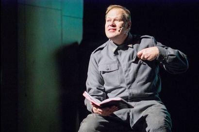 """Perjantaina ensi-iltansa saavan Reino Rinteestä kertovan juhlamonologin näyttelijällä tunteet tulevat pintaan luonnostaan: """"Teksti on niin voimakasta, että sitä ei tarvitse näytellä"""""""
