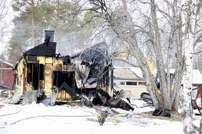 Omakotitalo tuhoutui korjauskelvottomaksi Siikajoella varhain maanantaiaamuna – pelastuslaitoksen saapuessa paikalle talo oli ilmiliekeissä