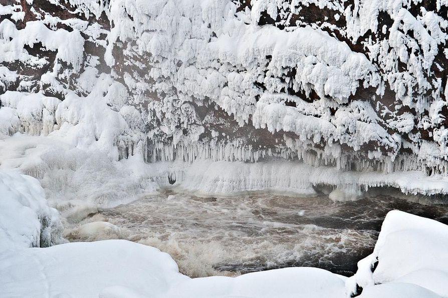 Oulangan kansallispuistossa sijaitseva Kiutaköngäs on talvellakin hieno näky.