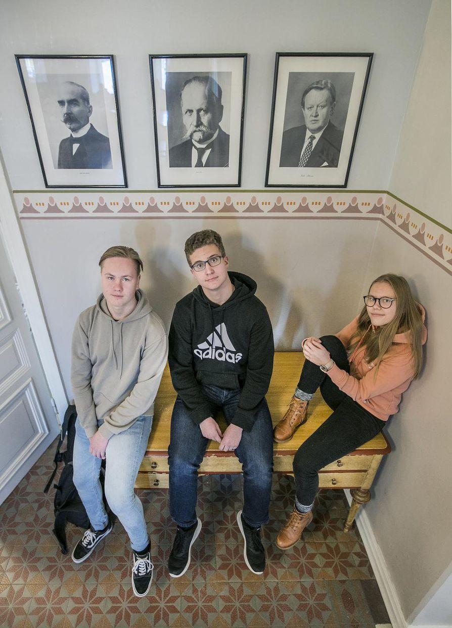 16-vuotiaat Jesse Sarkkinen, Arttu Virolainen ja Salla Pekkala seuraavat presidenttien jalanjälkiä Oulun Lyseon lukiossa.
