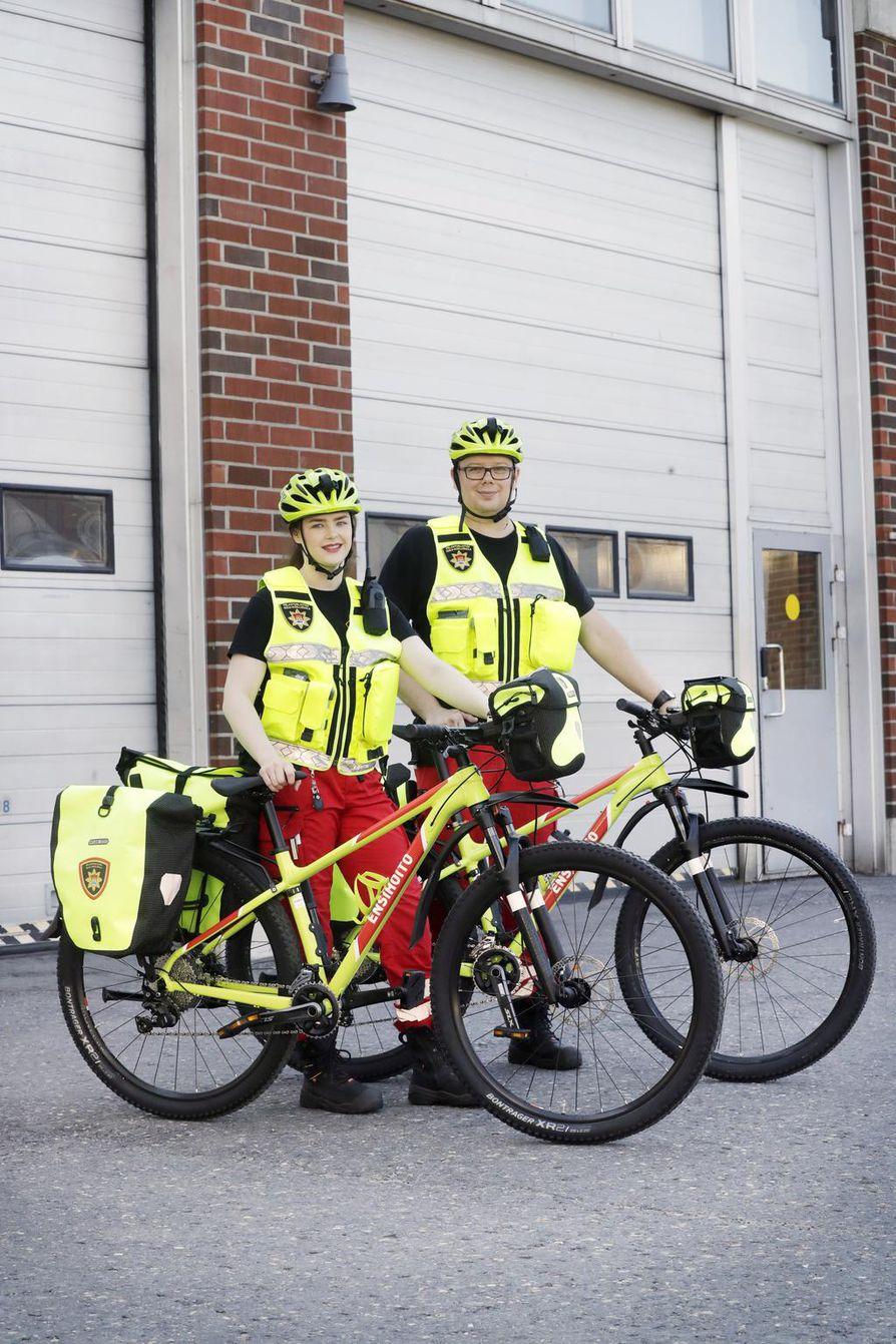 Ensihoitaja Miia Asikainen ja ensihoitoesimies Tomi Ehrola ovat valmiina Qstock-päivystykseen.