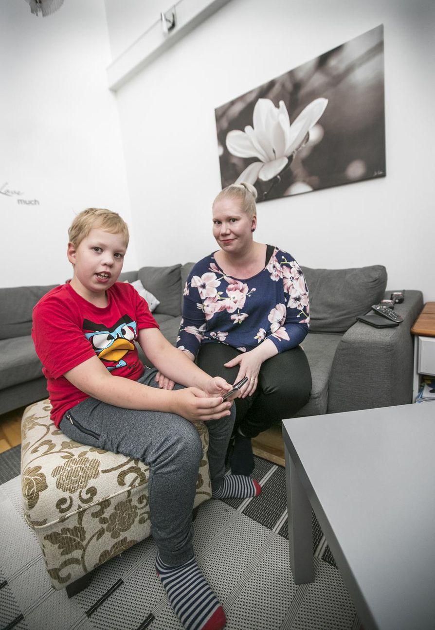 Lukuisat oululaiset osallistuivat tiistai-iltana kotoaan kadonneen Arttu Martikaisen etsintöihin. Äiti Sanna Martikainen kiittelee etsijöiden apua, jonka ansiosta Arttu myös löytyi.
