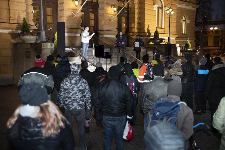 Perussuomalaisten mielenosoitus pidettiin kello 15-17 Oulun kaupungintalon luona.
