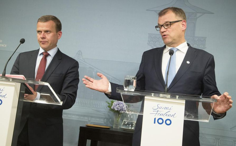 Pääministeri Juha SIpilä (kesk., oik.) sekä valtiovarainministeri Petteri Orpo viime viikolla Kesärannassa pidetyssä tiedotustilaisuudessa.