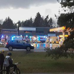 Paloautot Haapalehdossa 12.10 klo 18 jälkeen. Jossain ilmeisesti palaa.