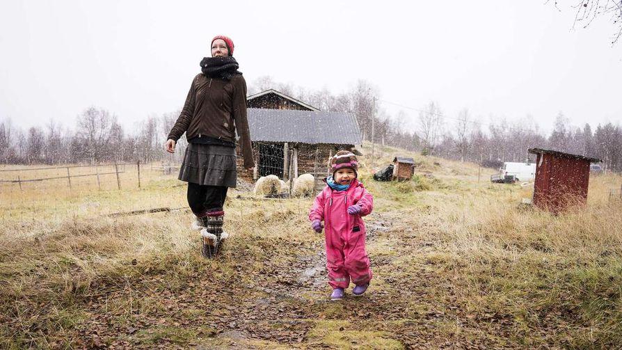Katja Jomppasen ja Elle-Karenin päivät kuluvat kotosalla tilan askareissa. Niitä riittää, sillä tilalla on kotieläimiä, saunavesi pitää kantaa avannosta ja keittiö on vaatimattomasti varusteltu. Kohtuutaloudessa eläminen on mieluista Katjalle, eikä se tunnu työläältä, mitä nyt ulkovessaan rientäminen talvella vauva kainalossa tuntuu joskus tympeältä.
