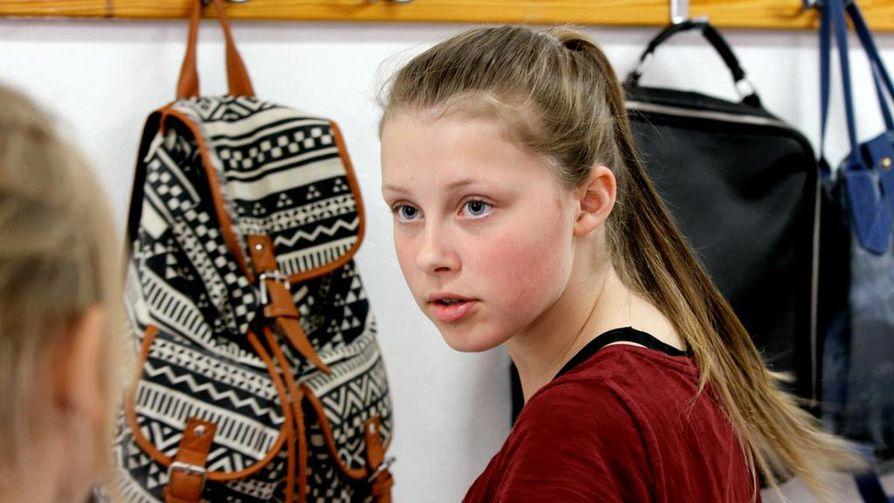 Meidän luokka kertoo koululuokasta. Emilia (Selma Tångefjord Ryme) haluaa olla luokan pomo.