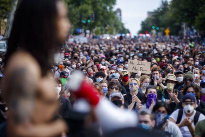 Mielenosoittajat uhmasivat ulkonaliikkumiskieltoa USA:ssa – protestit laajalti rauhallisia