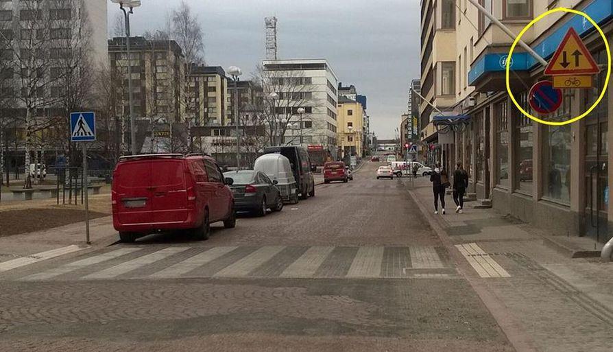 Pakkahuoneenkadun pysäköinti on kuin villistä lännestä, Oulun poliisi muistuttaa ...