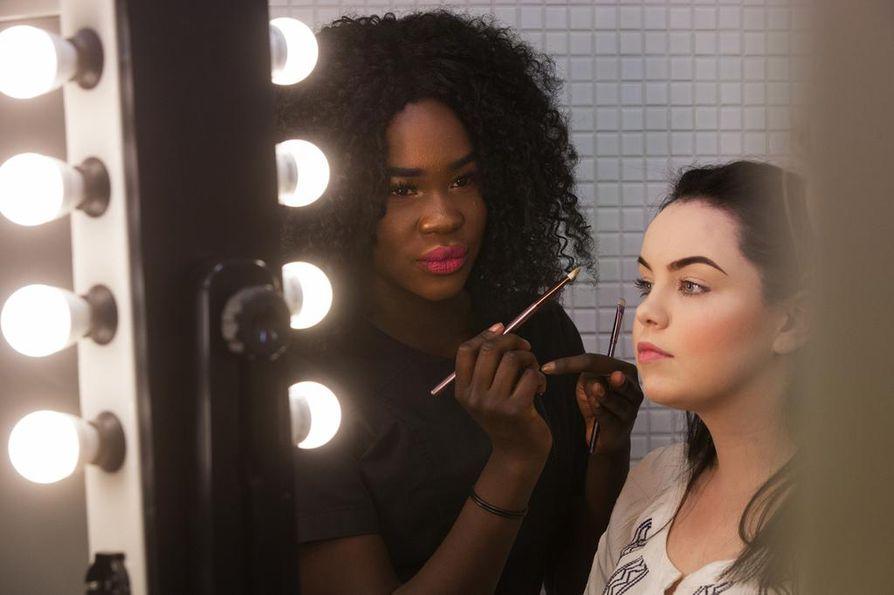 Kosmetologiopiskelijat Victoria Lombo ja Milla Jansson hakevat ideoita kulmien meikkaamiseen paitsi koulusta myös meikkivideoista ja Instagramista.