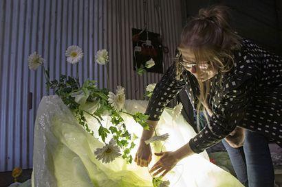 Pirkolan perunahallin hämärään nousi kolmas taidenäyttely – Pia Hentunen toivoo tyrnäväläistenkin löytävän paikan ja kokeilevan rohkeasti taidetta