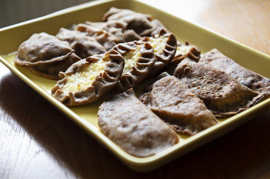 Karjalanpiirakkataikinasta voi leipoa monia erilaisia piirakoita. Vasemmalla pannulla paistettavia sulhaspiirakoita, keskellä perunapiirakkaa, oikealla lanttusupikkaita.