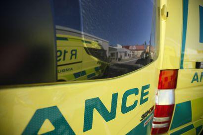 Raahen keskustan tuntumassa kolaroitiin, toinen henkilöautoista pyöri katolleen nurmialueelle