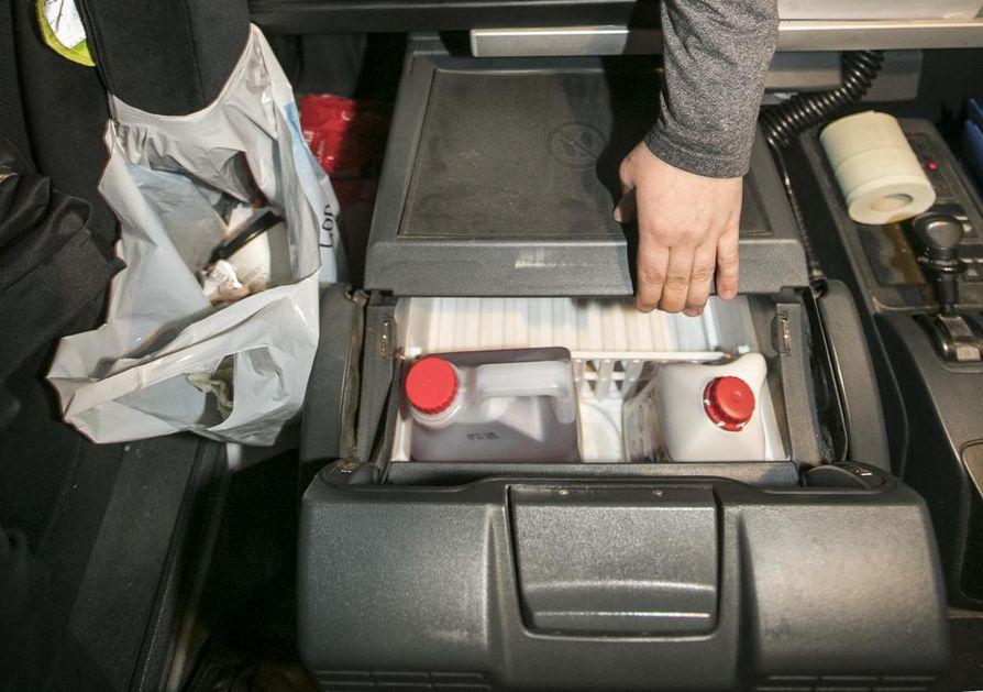 Mika Käsmän ajamassa täysvaunuyhdistelmässä on jääkaappi. Siellä hän säilyttää mehua ja muita elintarvikkeita.