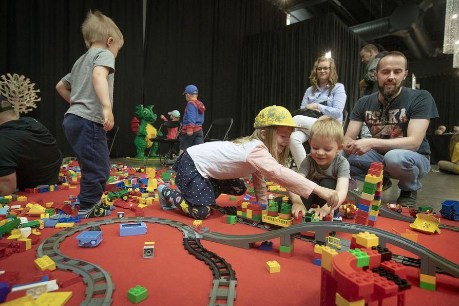 Yrttiahot viettivät lauantaina Lego-tapahtumassa useamman tunnin. Vanhempien Tiian ja Mikon mukaan lasten, Elisen, Eemilin ja Einon, suosikkeja olivat Duplot.