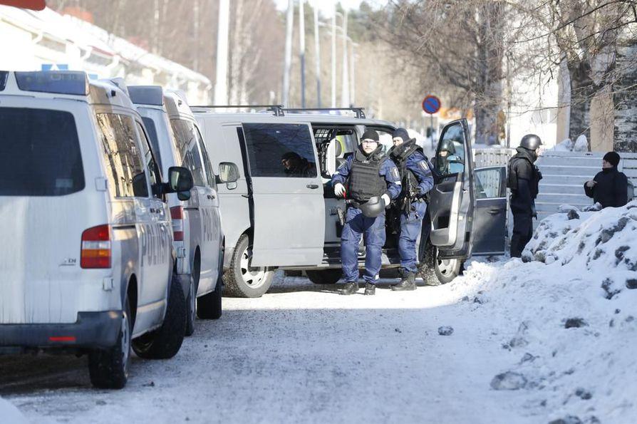 Paikalle tulleet poliisit olivat aseistautuneet konepistooleilla ja heillä oli myös suojakilpiä.