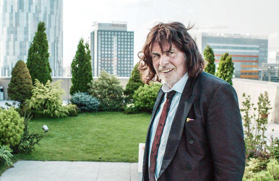 Peter Simonischek on isä, joka yrittää parantaa suhdetta tyttäreensä Isäni, Toni Erdmann -draamakomediassa.