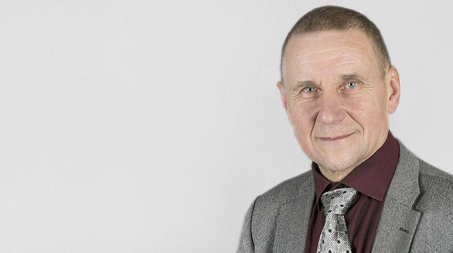 Yrjö Rautio on kokenut politiikan toimittaja, joka on työskennellyt sanoma- ja aikakauslehdissä.