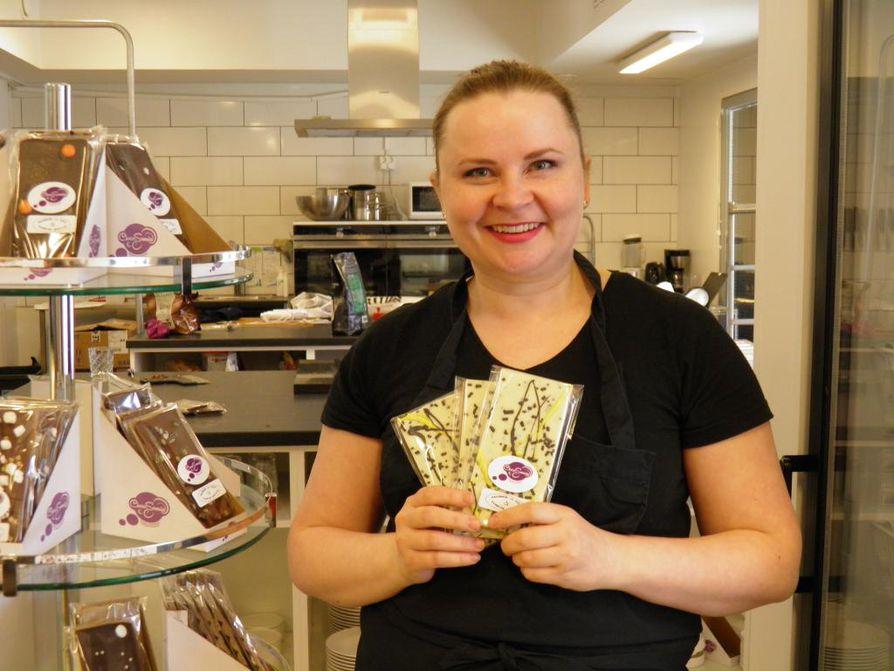 Riikka Ojanen perusti ChocoSomnian vajaa kolme vuotta sitten. Hän teki ensin suklaansa kotona, kunnes muutti huhtikuussa Myllytulliin omiin tiloihin.