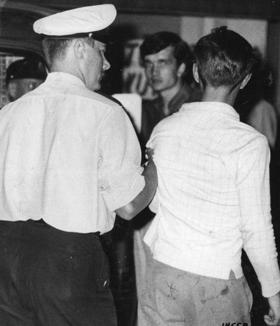 Poliisi pidätti useita nuoria Oulun keskustan levottomuuksien vuoksi elokuussa 1967.