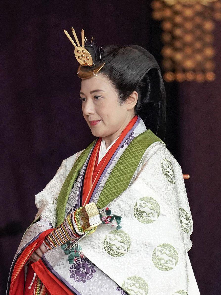 Keisarinna Masako oli pukeutunut 12-kerroksiseen perinteiseen pukuun. Hänen laahustaan kantamaan tarvittiin kaksi naista.