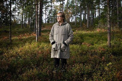Runoilija varjeli salaisuutta – Tua Forsström luki valekansiin puettuja kirjoja ja keskusteli niistä verkossa koodinumeroilla