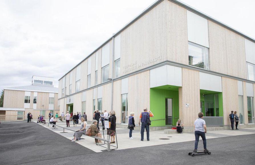 Pihalta katsottuna Tuupalan alakoulun ulkopuoli on moderni ja jopa futuristinen. Valokuva näyttää kuin rakentamattoman hankkeen havainnepiirrokselta, vaikka talo on seissyt paikallaan vuodesta 2018 lähtien.