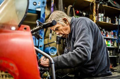 Pienestä rovaniemeläisestä hallista löytyy öljyn mustaama mies, jota moottorikelkat ovat vieneet kohta 60 vuotta