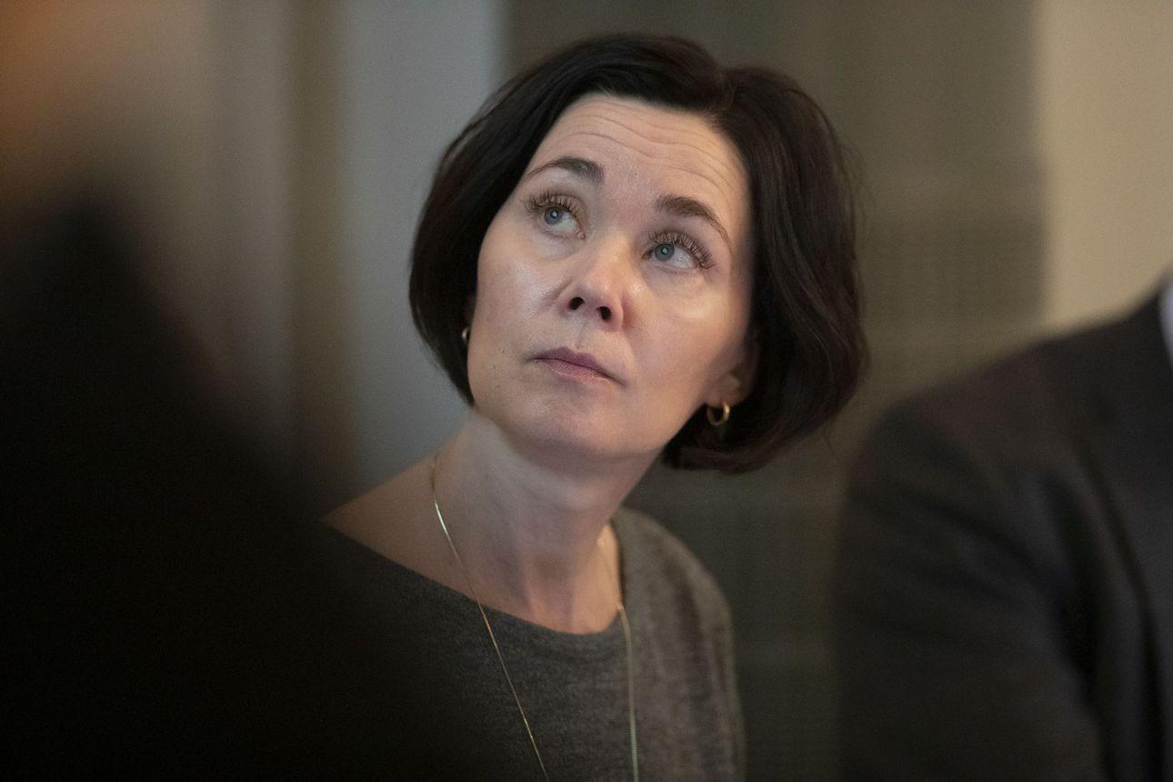 Kansanedustaja Hanna-Leena Mattila kiittelee neljättä lisätalousarviota