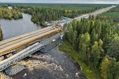 """Tulvaveden notkahduttama väliaikainen silta makaa yhä Kiiminkijoen pinnan päällä – """"Ainakin pari viikkoa tässä vielä menee"""""""