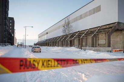 Valtava lumikuorma putosi hallin katolta tielle Toppilansalmessa, alle jäi autoja ja kaksi ihmistä loukkaantui lievästi – Pelastuslaitos: Katu suljettu, alueella on hengenvaara