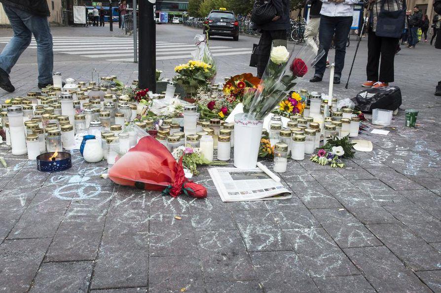 Helsingin rautatieasemalla kunnioitettiin Suomen vastarintaliikkeen mielenosoituksessa pahoinpidellyn 28-vuotiaan uhrin muistoa maanantaina.