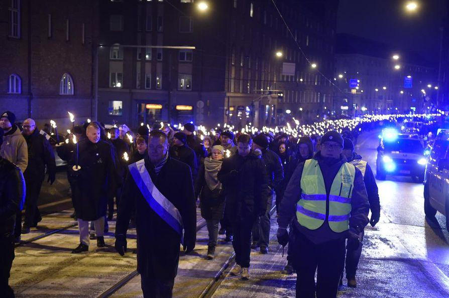Kansallismielinen 612-soihtukulkue lähti Helsingissä liikkeelle.