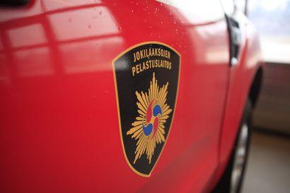 Auto syttyi uhkaavasti tuleen tallin sisällä – paikalle hälytettiin aluksi pelastusjoukkue