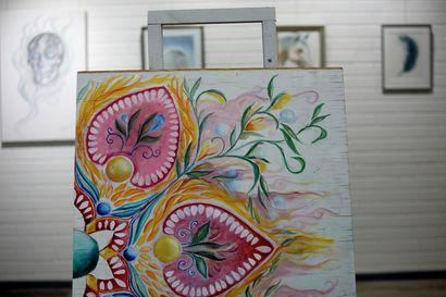 Abstraktia ja esittävää sulassa sovussa
