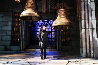 """Kun Notre Dame paloi pääsiäisen alla, lavastaja Marjatta Kuivasto oli loppusuoralla kirkon lavastamisessa näyttämölle – """"Se tuntui jotenkin kohtalonomaiselta"""""""