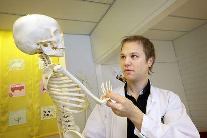 Oululainen murtumia tutkinut ja uusia leikkausmenetelmiä kehittänyt lastenkirurgi Juha-Jaakko Sinikumpu sai Lastentautien tutkimussäätiön palkinnon