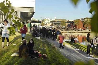 Vanhat kuvat: Koulujen päättymistä juhlittiin Oulun torinrannassa 2000-luvulla – iltabileet kutsuivat nuorisoa