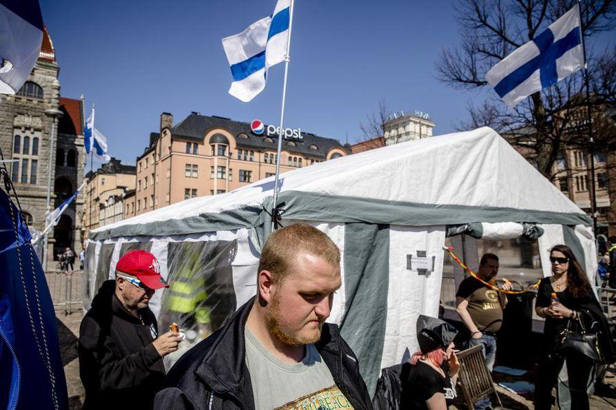 Helsingin kaupunki aikoo häätää mielenosoittajat Rautatientorilta. Tino Huovilainen osallistuu Suomi ensin-mielenosoitukseen.