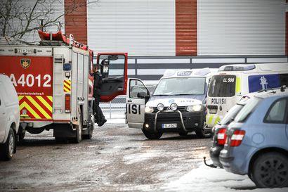 Poliisi suorittaa vaaralliseen aineeseen liittyvää tutkintaa Rovaniemen Kairatiellä – Paikalla useita viranomaisia suojapuvuissa