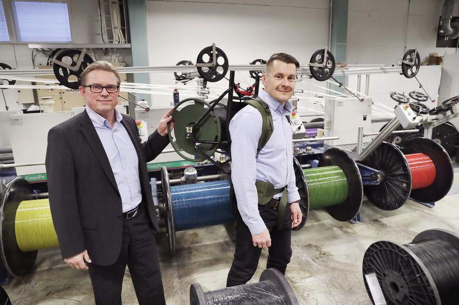 Tuotepäällikkö Antti Viitalan selässä oleva valokaapelikela painaa 17,4 kiloa. Vierellä Nestor Cablesin toimitusjohtaja Jarmo Rajala.