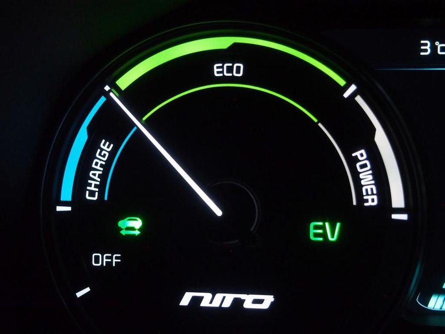 Sinisellä Charge-alueella (lataus) auto tallentaa jarrutuksen liike-energiaa sähkönä akkuihin. Hidastusvoima on hyvin tehokas ilman jarrun painamistakin.