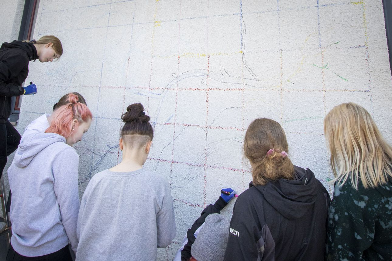 Lumijoen koulu saa seinäänsä muraalin – kahdeksasluokkalaiset maalasivat oululaisen Timo Tyynimaan johdolla