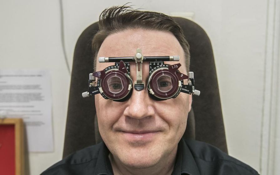 Monet ensimmäisiä silmälasejaan haeskelevat asiakkaat ovat aluksi vähän ihmeissään, oululaisen Optihouse Sipolan optikko Vesa Rödlin sanoo. – Ikänäköisen kannattaa lähteä hankkimaan lasit periaatteessa heti kun oireita ilmaantuu. Tänä päivänä silmälasit myös ovat helppokäyttöisiä.