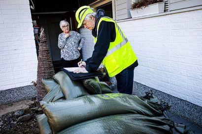 Vesi tulee Satu Murtomaan taloon, jos pahin ennuste toteutuu – Lapissa vapaaehtoiset auttavat tulvasuojauksessa, kun omat keinot eivät riitä