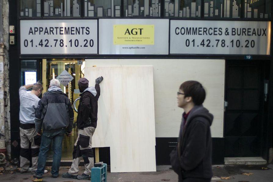 Pariisilainen yrittäjä varautui torstaina tulevan viikonlopun väkivaltaisuuksiin vuoraamalla yrityksensa ikkunalasit.
