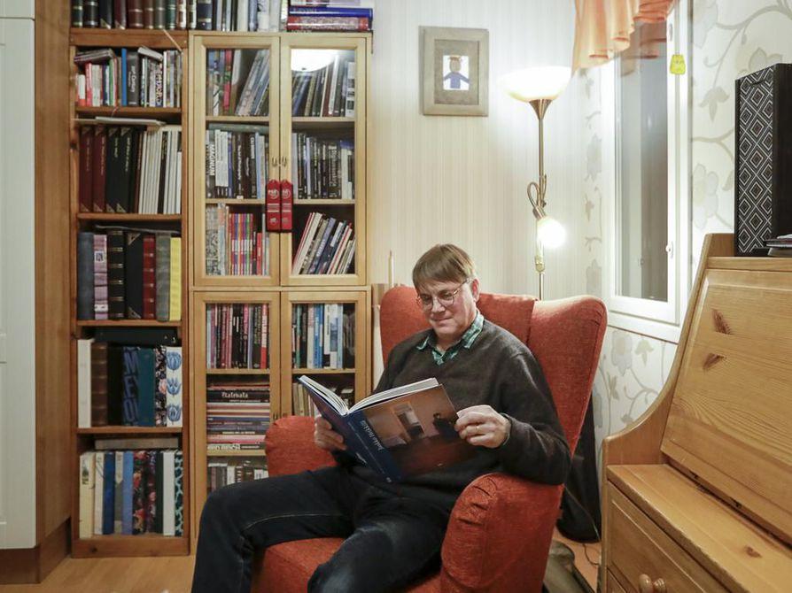 Perheen kirjahyllyssä on jokaisen kirjahyllyrivin takana toinen rivillinen kirjoja piilossa. Yhteensä kodissa on noin 700 kirjaa, Heikki Annala arvioi.