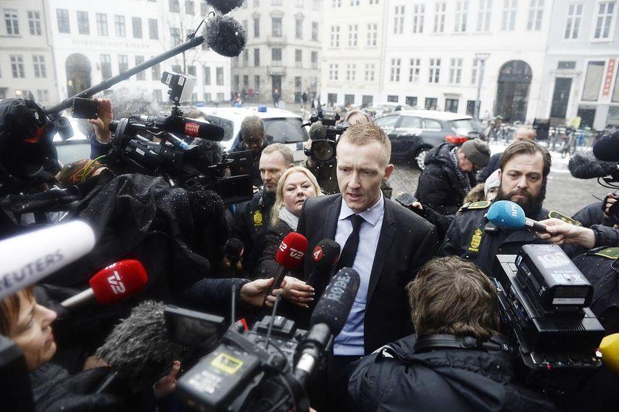 Media piiritti syyttäjä Jakob Buch-Jepsenin, kun hän saapui oikeustalolle.