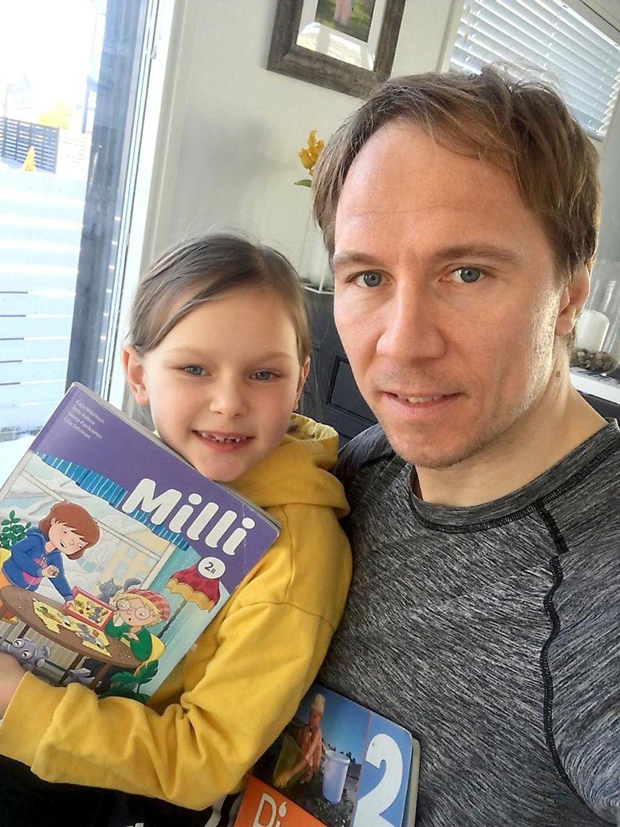 Jussi Jokinen on ollut tällä viikolla tyttärensä Sandran kotiopettaja.